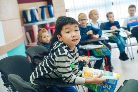 Ребенок внимательно слушает преподавателя английского в InterPress